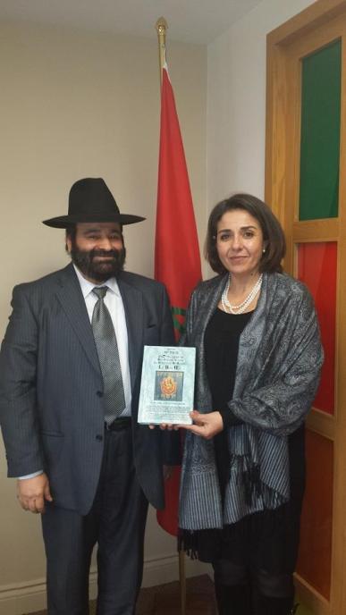 Le Rabbin Moryoussef livre en main en présence de la consule géneral du Royaume du Maroc Wassane Zailachi